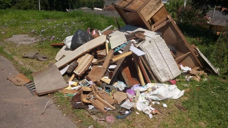 Lixo depositado no terreno da antiga Borracharia do Gordo