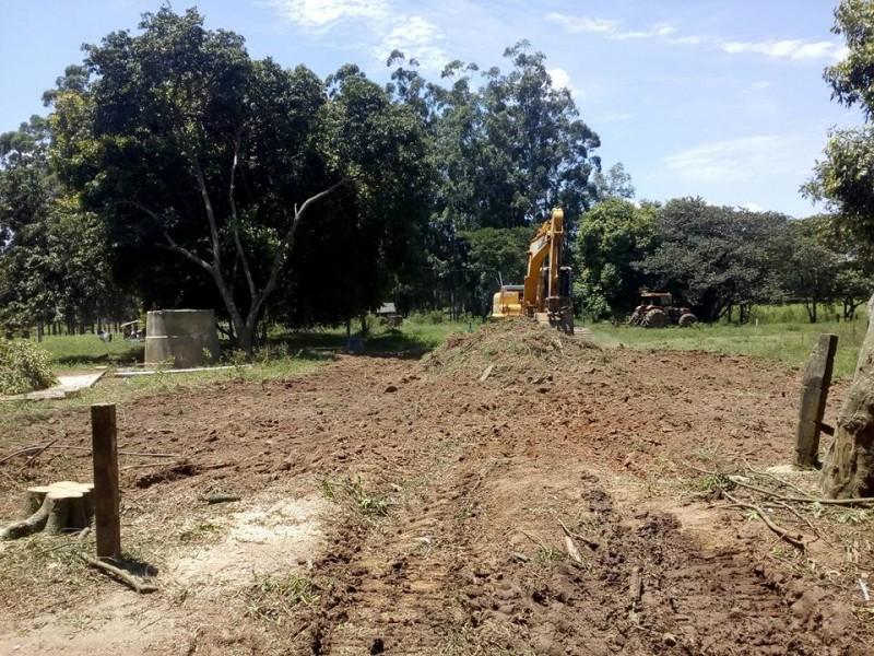 Maquinário da Prefeitura é utilizado na terraplanagem do terreno