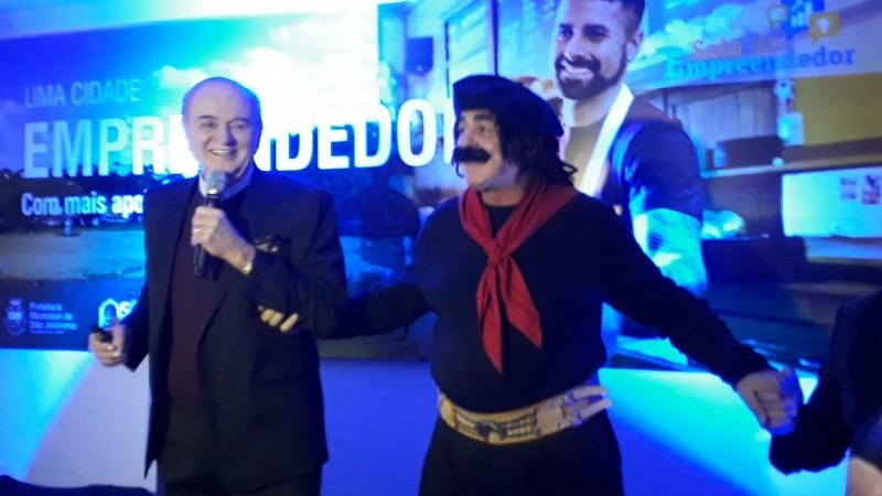 Jair Kobe, o Guri de Uruguaiana, participou da homenagem a Otelio Drebes