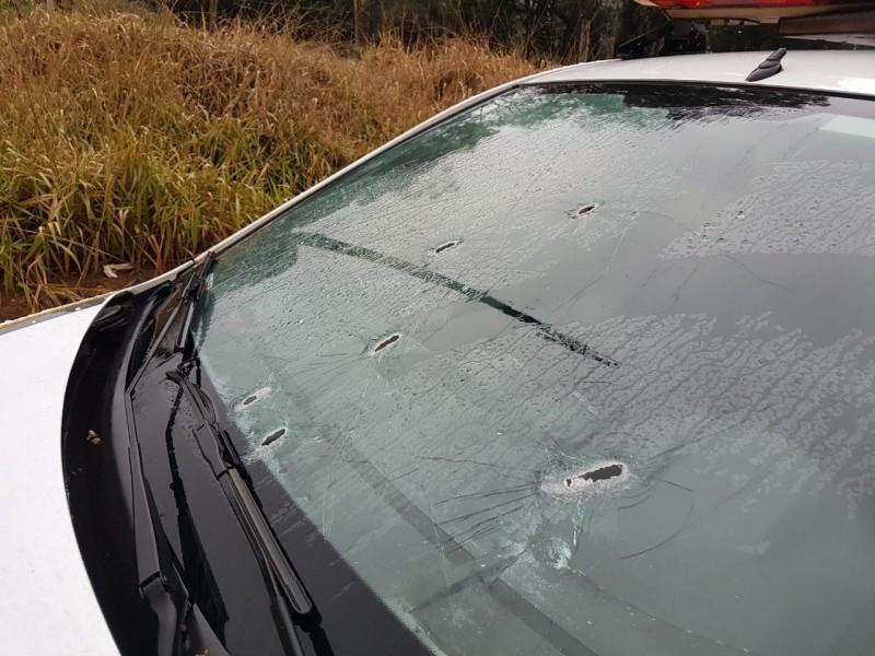Veículo dos criminosos e viatura da BM foram atingidos a tiros